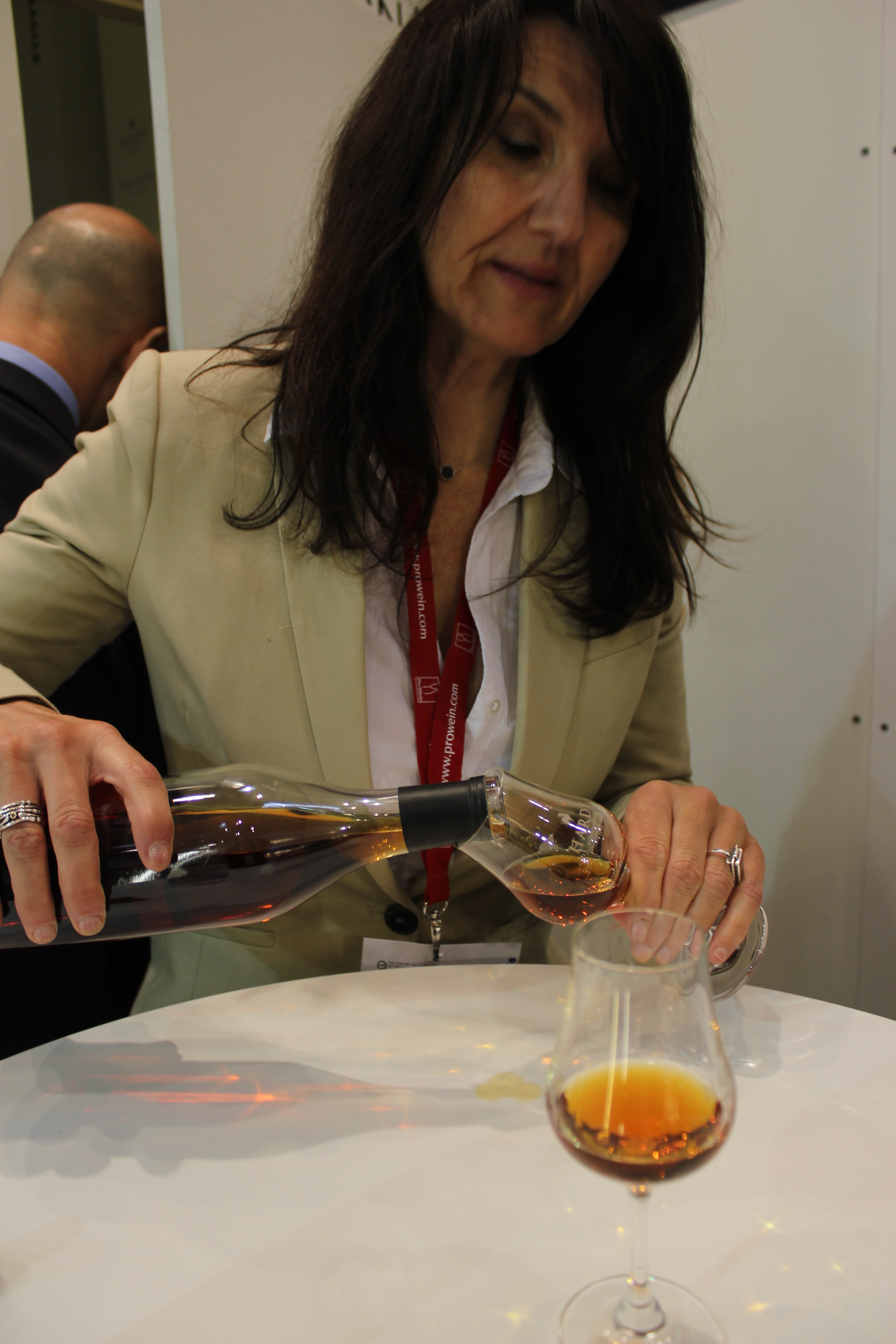 Nathalie from Cognac Hardy pouring the Noces d'Albatre